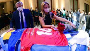 Presidente de Argentina coloca una camiseta de Argentinos Jr. al féretro de Maradona