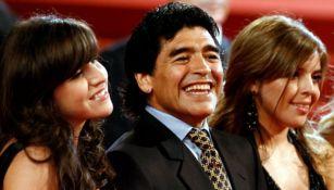 Maradona junto a sus hijas Dalma (d) y Giannina (i) en mayo de 2008