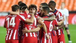 Jugadores del Atlético celebran gol vs Valencia