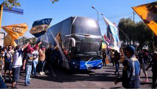 Afición de Pumas alentando a las afueras de Ciudad Universitaria