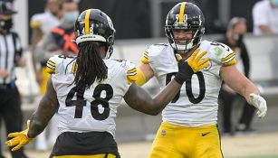 Jugadores de Steelers festejan en el terreno de juego