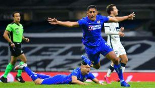 Luis Romo en celebración de gol con Cruz Azul