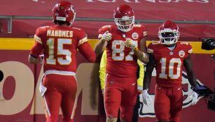 Jugadores de los Chiefs, tras su anotación contra los Broncos