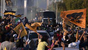 Aficionados de Pumas recibiendo al equipo en C.U.