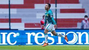 Luis Montes festeja un gol con León