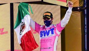 Sergio Pérez festejando el podio conseguido