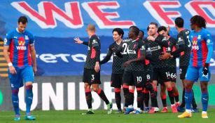 Jugadores del Liverpool festejan un gol ante Crystal Palace