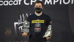 André-Pierre Gignac posa junto a sus premios