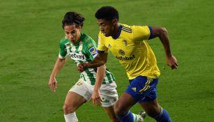 Diego Lainez disputa el balón en el partido contra Cádiz