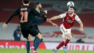 Kolasinac pelea el balón en un juego del Arsenal
