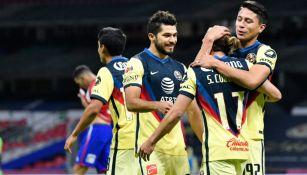 Futbolistas del América celebran un gol en el Azteca