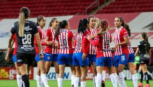 Jugadoras de Chivas Femenil celebran gol vs Juárez
