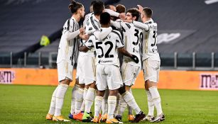 Jugadores de la Juventus se abrazan tras el gol de la victoria