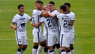 Jugadores universitarios felicitan a Montejano por su gol