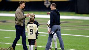 Drew Brees platicando con Tom Brady