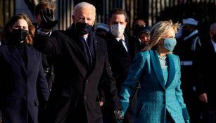 Joe Biden camina frente a la Casa Blanca