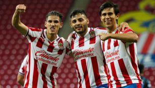 Uriel Antuna, Alexis Vega y JJ Macías en festejo
