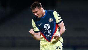 Federico Viñas festeja un gol con América