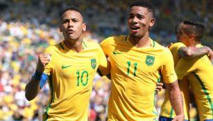 Gabriel Jesús y Neymar festejando una anotación