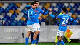 Hirving Lozano festejando con sus compañeros del Napoli