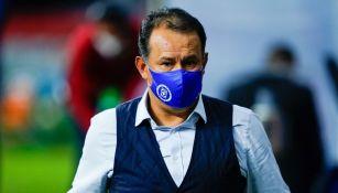 Juan Reynoso en el partido vs Querétaro