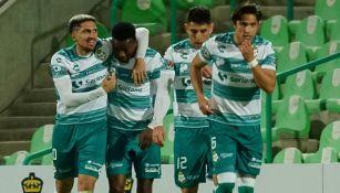 Jugadores de Santos festejan un gol ante La Máquina