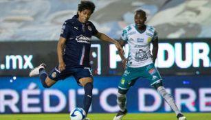 JJ Macías en acción con Chivas ante León