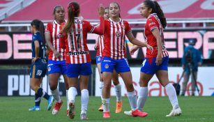 Jugadoras de Chivas festejan una anotación sobre las tuneras