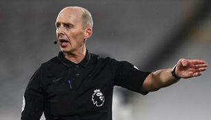 Mike Dean en un partido de la Premier League