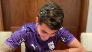 Diego Abreu firmando contrato con el Defensor Sporting