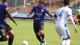 Carlos 'Gullit' Peña en su debut como jugador del Club Deportivo FAS