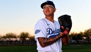 Urías posa con el uniforme de los Dodgers