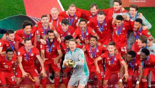 Jugadores del Bayern Munich alzan el trofeo del Mundial de Clubes
