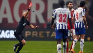 Luis Godinho expulsando a un jugador del Porto