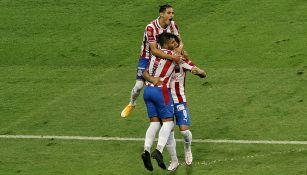 Alexis Vega, JJ Macías y Uriel Antuna festejan un gol