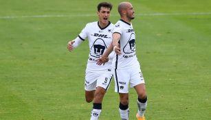 Dinenno y González en un partido con Pumas