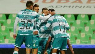 Jugadores de Santos festejan un gol ante Tigres