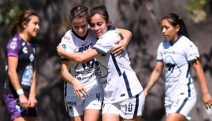 Jugadoras de Pumas festejan gol ante Pachuca