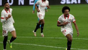 Jules Koundé festeja un gol con Sevilla