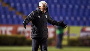Ferretti reclama en el partido contra Cruz Azul