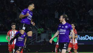 Jugadores del Mazatlán FC festeja un gol ante Necaxa