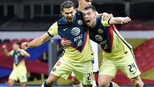 Henry y Viñas festejan un gol de las Águilas