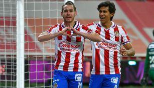 Angulo es felicitado por Macías tras un gol