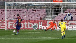 Messi cobrando penal ante el Cádiz