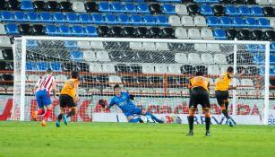 Chivas: Raúl Gudiño evitó derrota ante Pachuca al atajar penalti en los últimos minutos