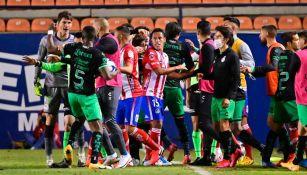 Félix Torres en pelea vs Atlético de San Luis