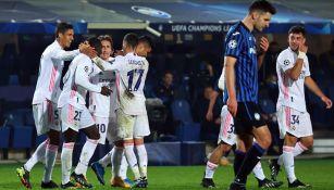 Jugadores del Real Madrid festejan gol ante Atalanta