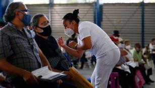Habitantes de la CDMX son vacunados contra el Covid-19