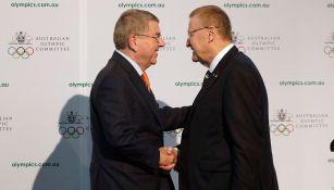 John Coates, presidente del Comité Olímpico Australiano, saluda a Bach