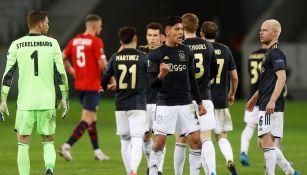 Edson Álvarez durante un partido con Ajax